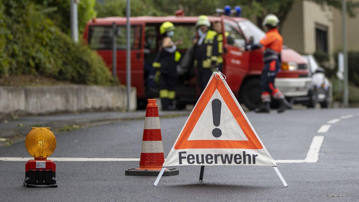 Veitshoechheim, 22.08.2020, Blaulicht, Feuerwehreinsatz nach einem Brand in einem Mehrfamilienhaus Bild: Blaulicht, Feuerwehr sperrt die Strasse zum Brandherd.