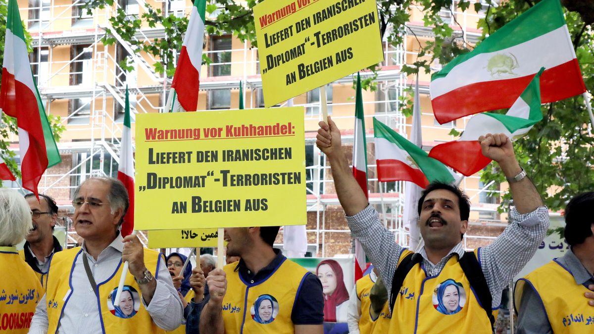 Menschen demonstrieren vor dem Auswärtigen Amt für die Auslieferung des inhaftierten Diplomaten Assadollah A. nach Belgien