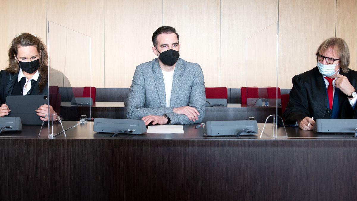 Der angeklagte Christoph Metzelder, ehemaliger Fußball-Nationalspieler, sitzt in einem Saal des Amtsgerichts auf der Anklagebank.