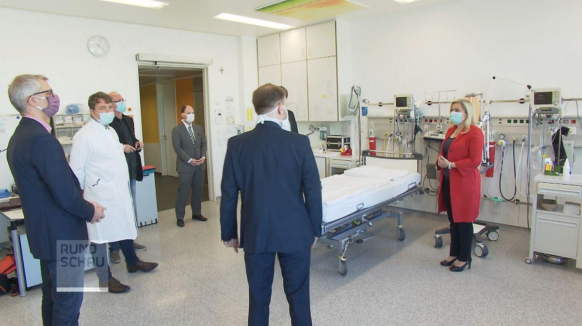 Gesundheitsministerin Melanie Huml hat dem Klinikum Forchheim am Samstag vier neue Beatmungsgeräte übergeben.