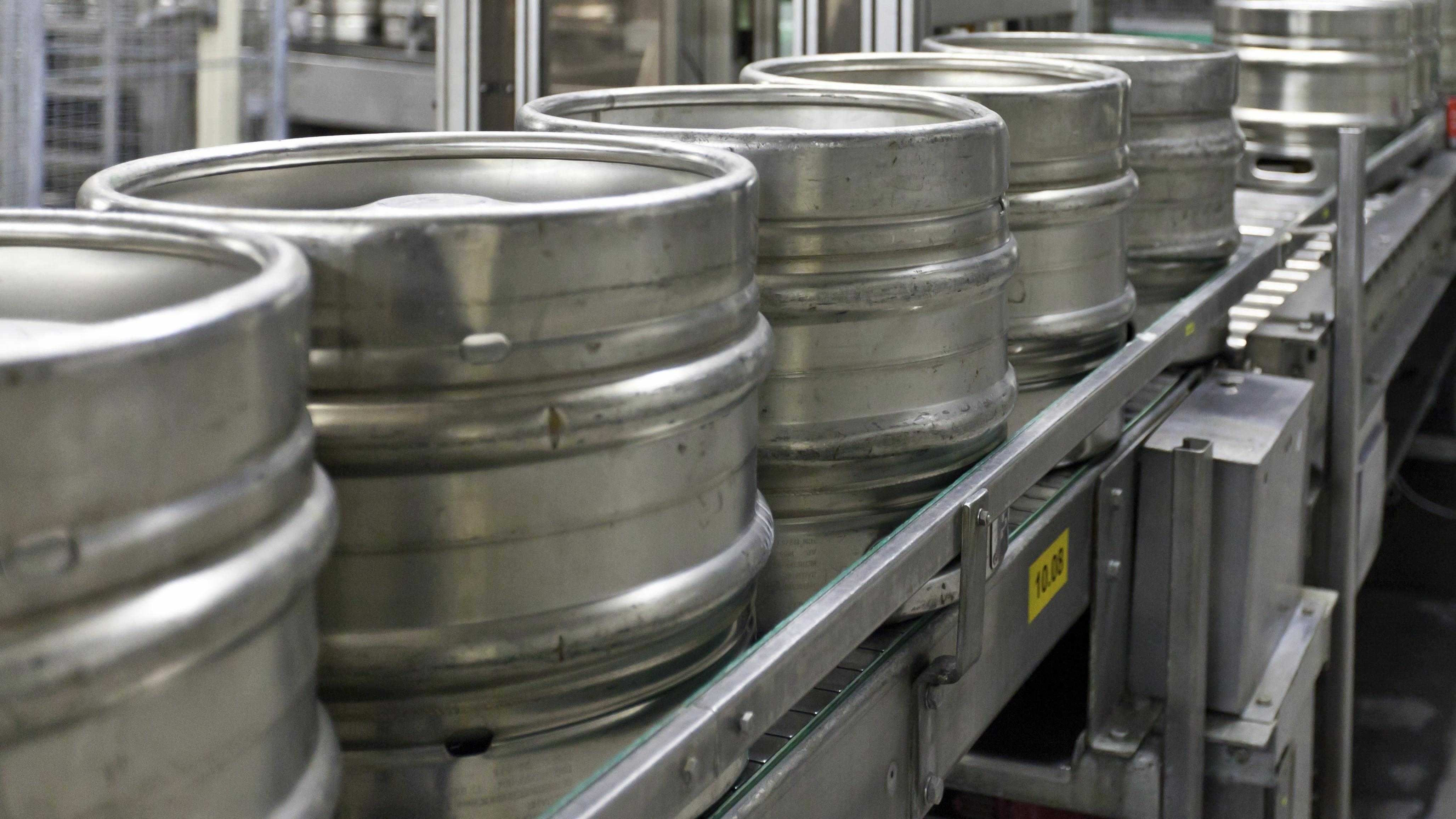 Bierfässer zur Befüllung auf einem Fließband