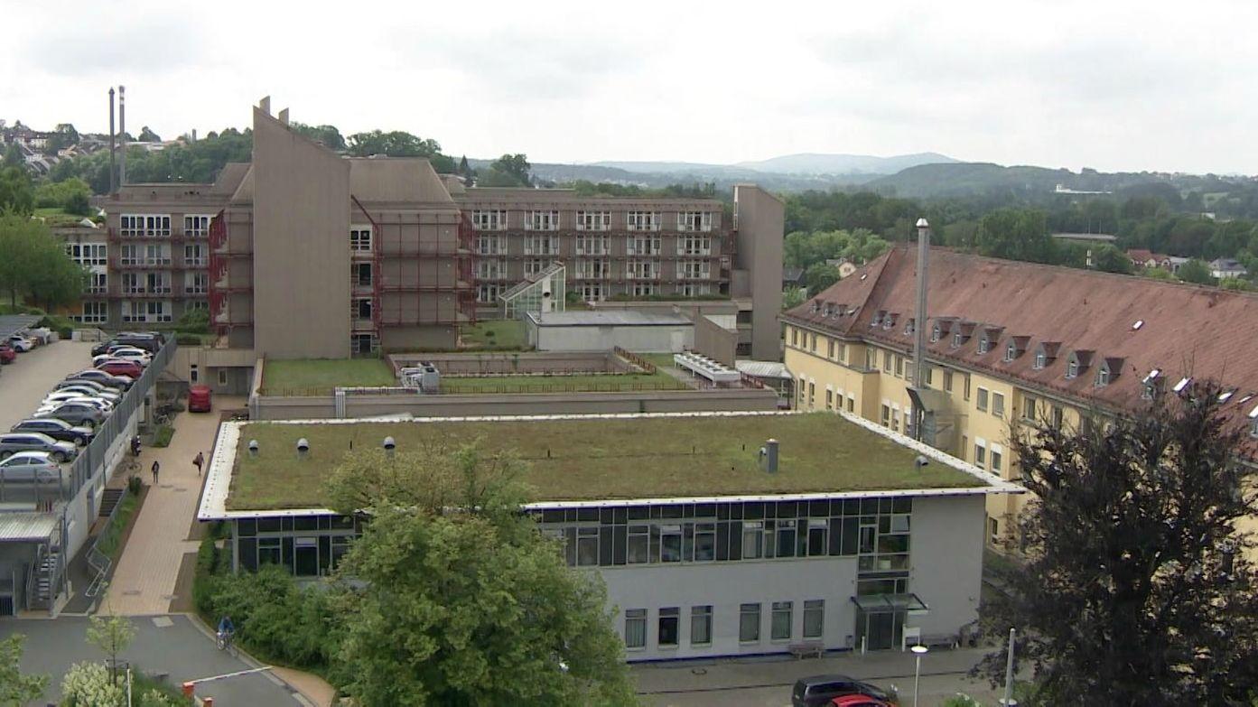 Klinikgebäude mit grünem Gras auf Flachdach
