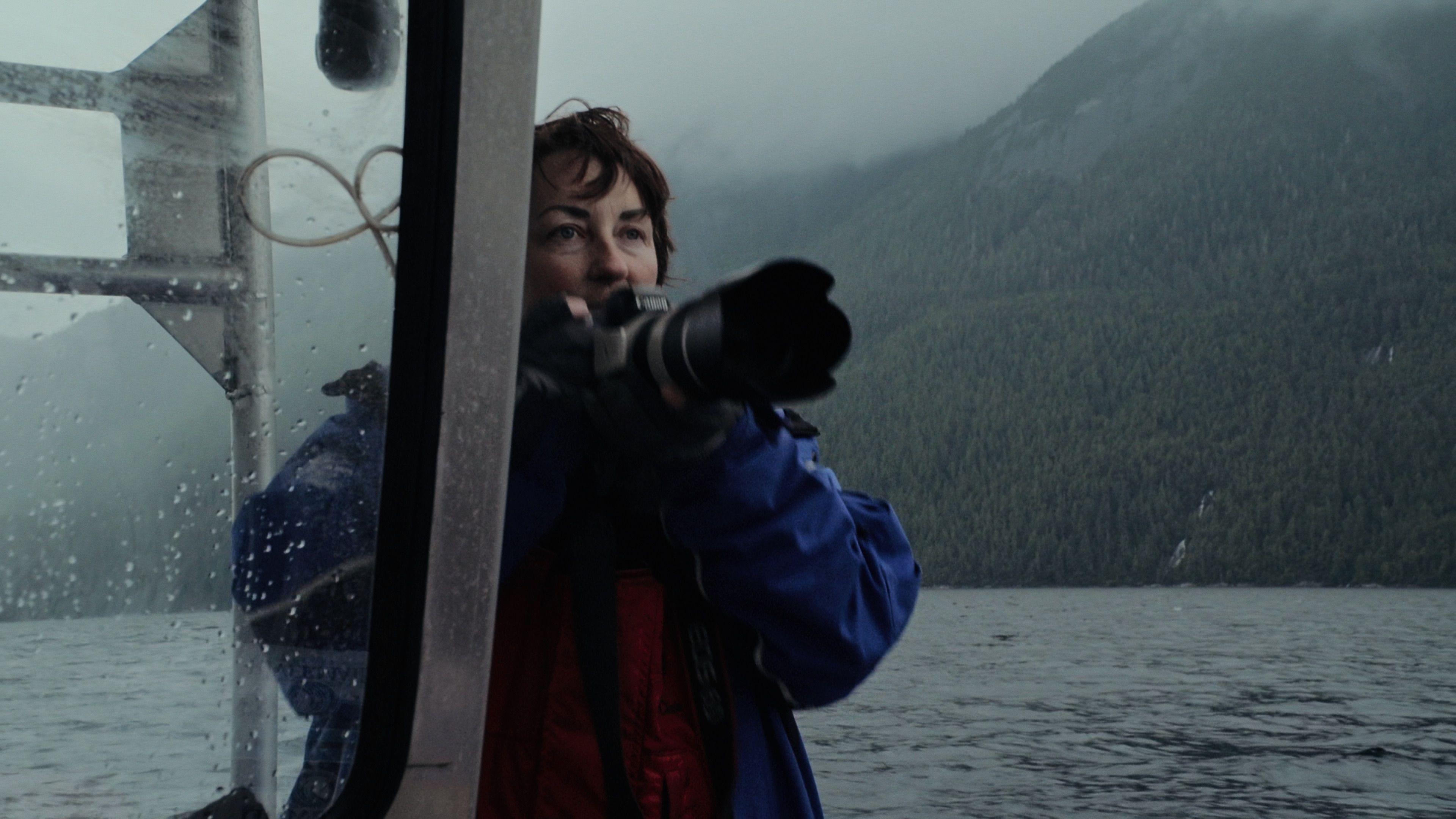 """Die Walforscherin Janie Wray mit ihrer Kamera in """"The Whale and the Raven"""""""
