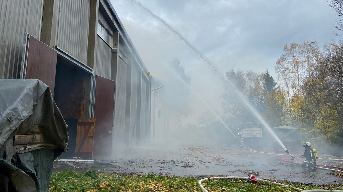Ein Brand in einer Kartoffel-Lagerhalle in Eslarn im Landkreis Neustadt an der Waldnaab hat am Montag für einen Großeinsatz gesorgt.
