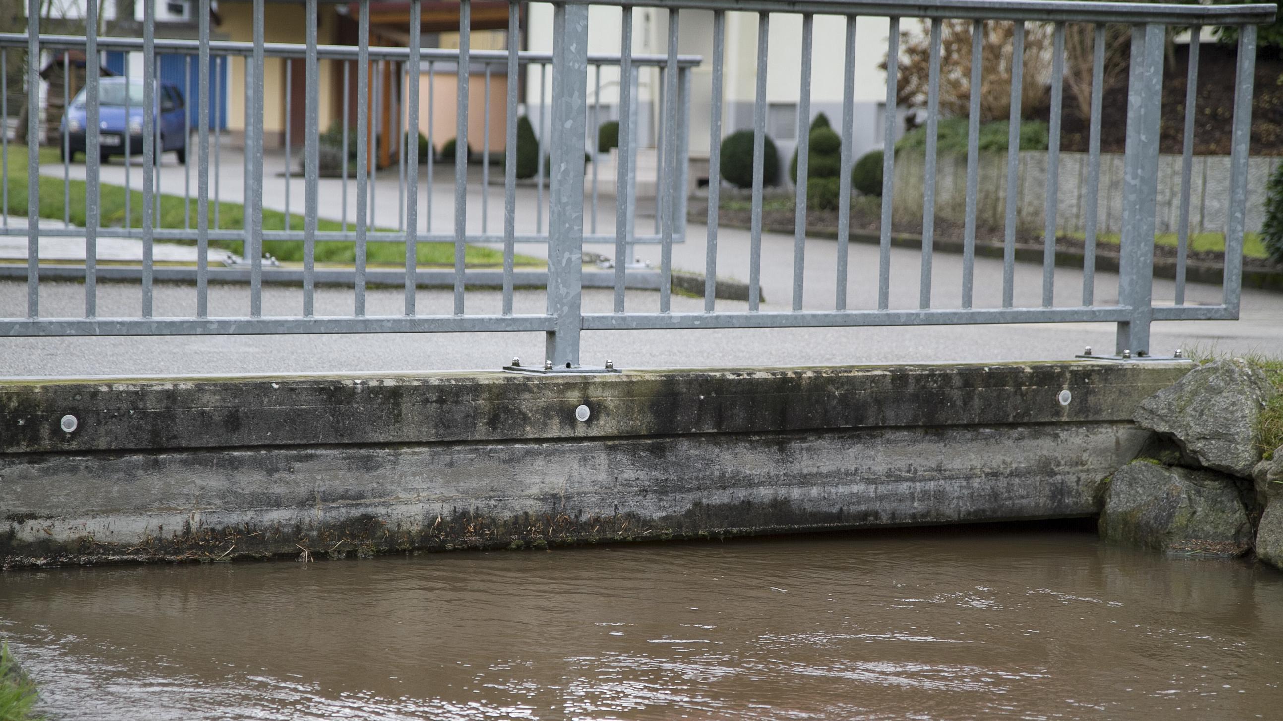 Wasser fließt knapp unter einer Brücke hindurch (Symbolbild Hochwasser)