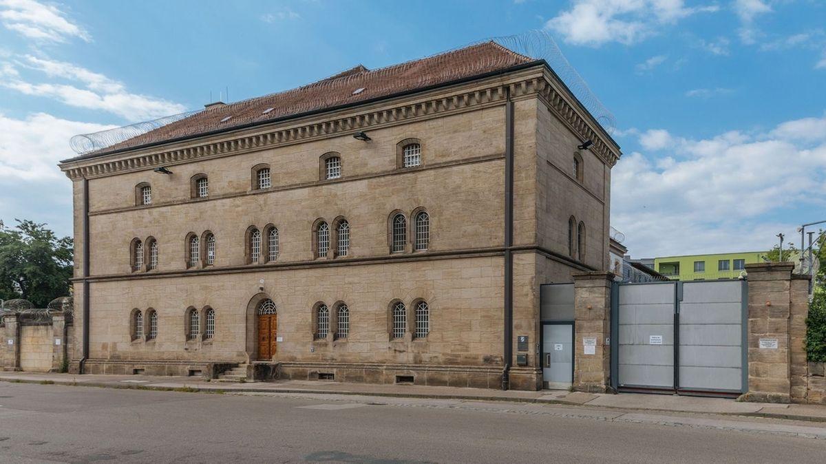 Das Gebäude der Justizvollzugsanstalt Ansbach mit vergitterten Fenstern und Schließtor