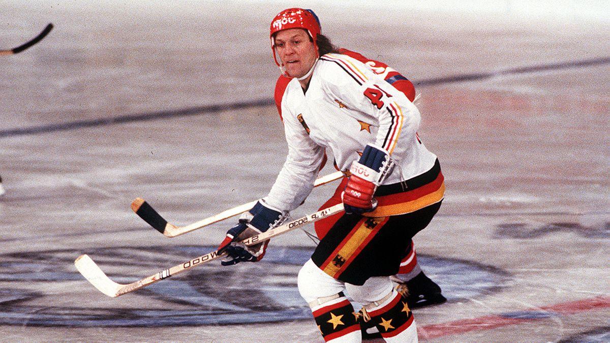Kühnhackl für Deutschland auf dem Eis bei der Eishockey-Weltmeisterschaft 1983