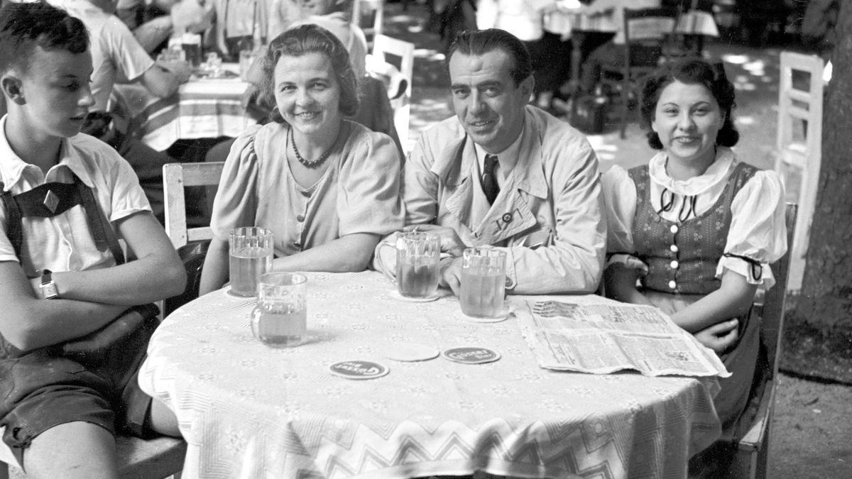 Schwarz-weiß-Foto: Familie beim Wiener Heurigen, 1939.