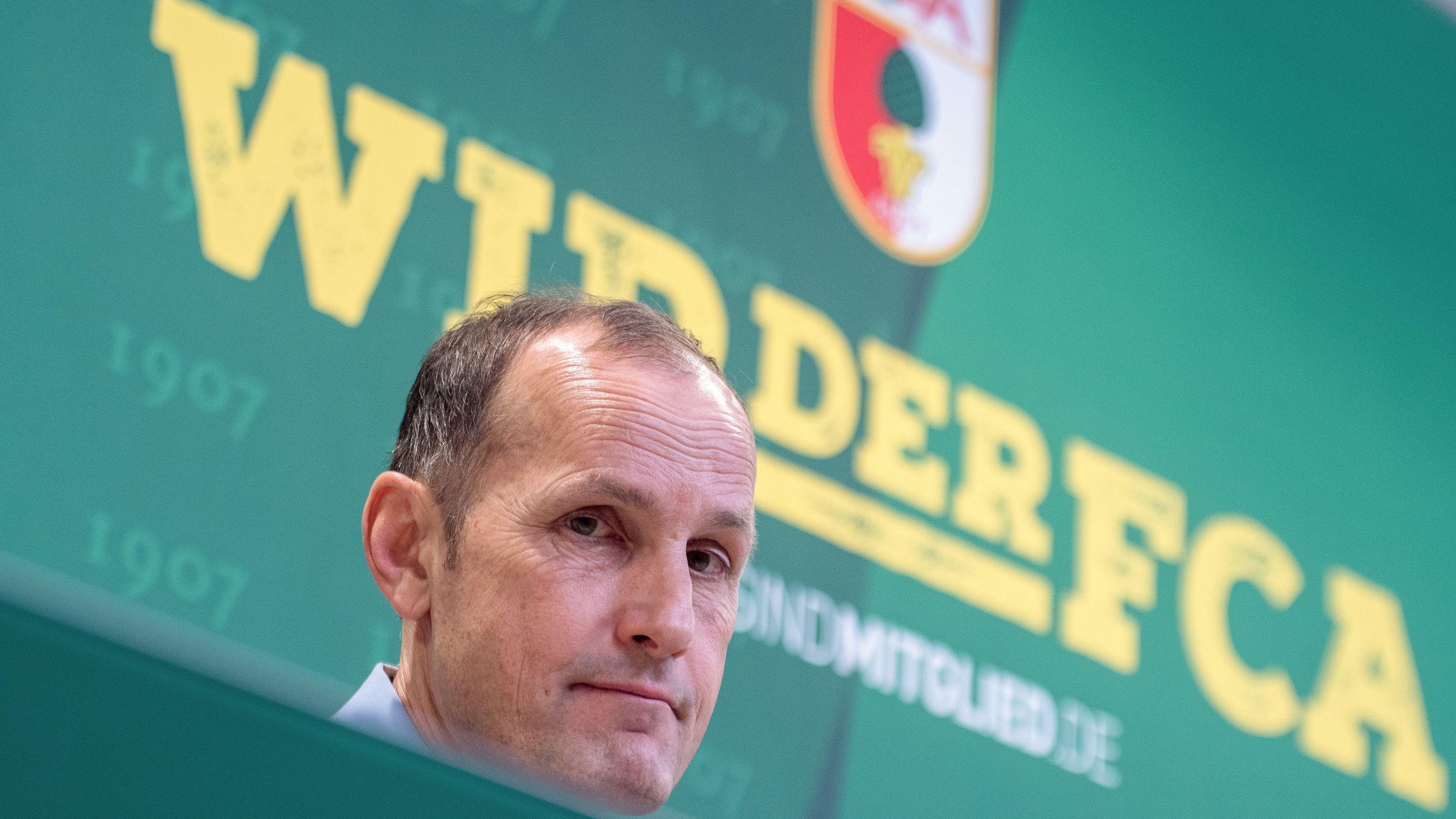 Heiko Herrlich sitzt bei einer Pressekonferenz in der WWK-Arena.