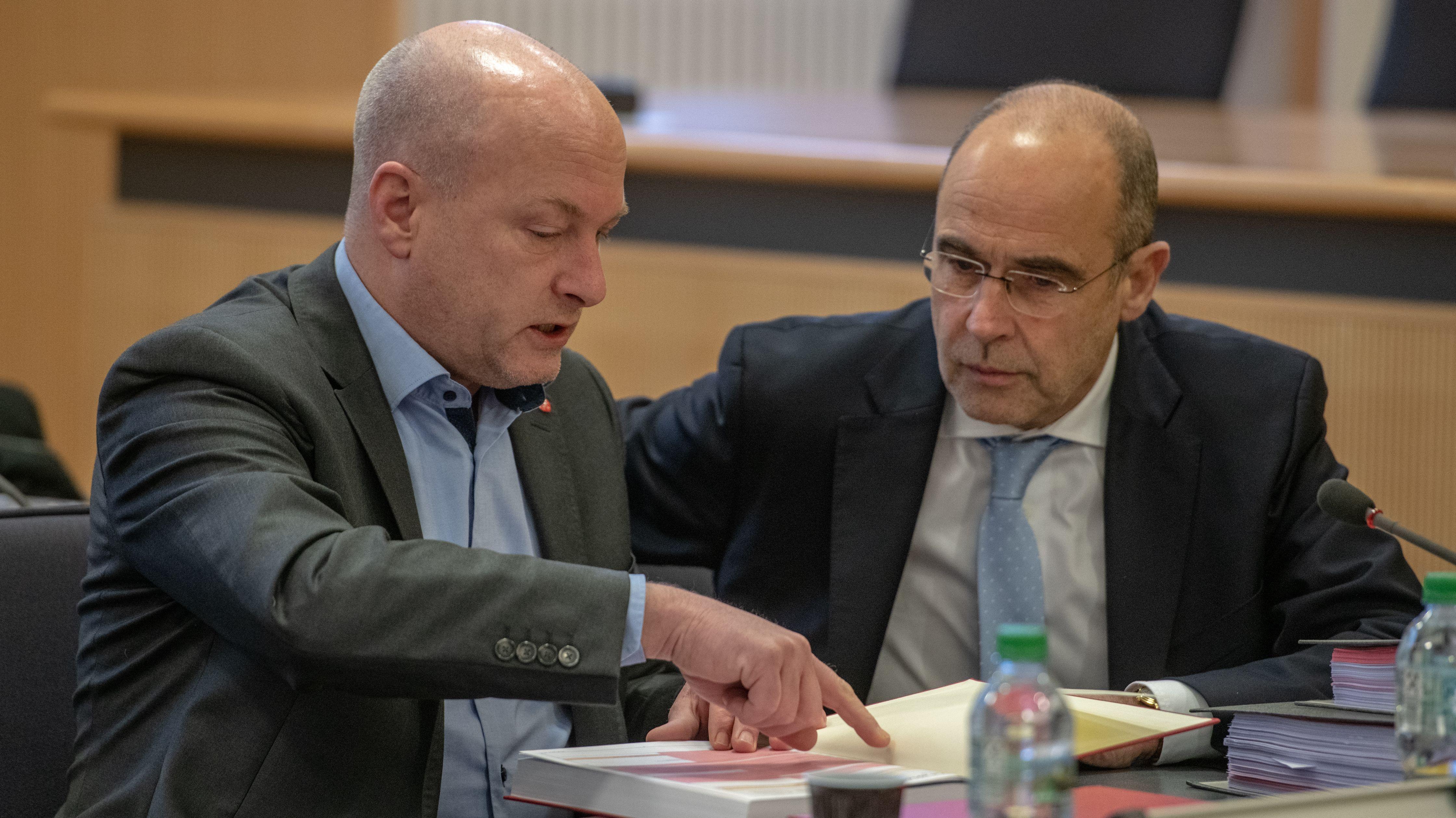 Joachim Wolbergs (ehem. SPD) sitzt im Gerichtssaal des Landgerichts neben seinem Verteidiger Peter Witting.