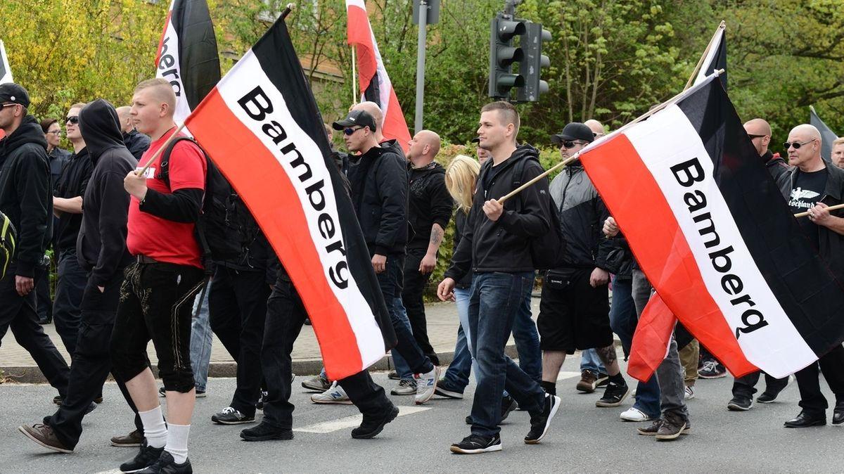 Neonazis aus Bamberg marschieren mit schwarz-rot-weißen Fahnen.