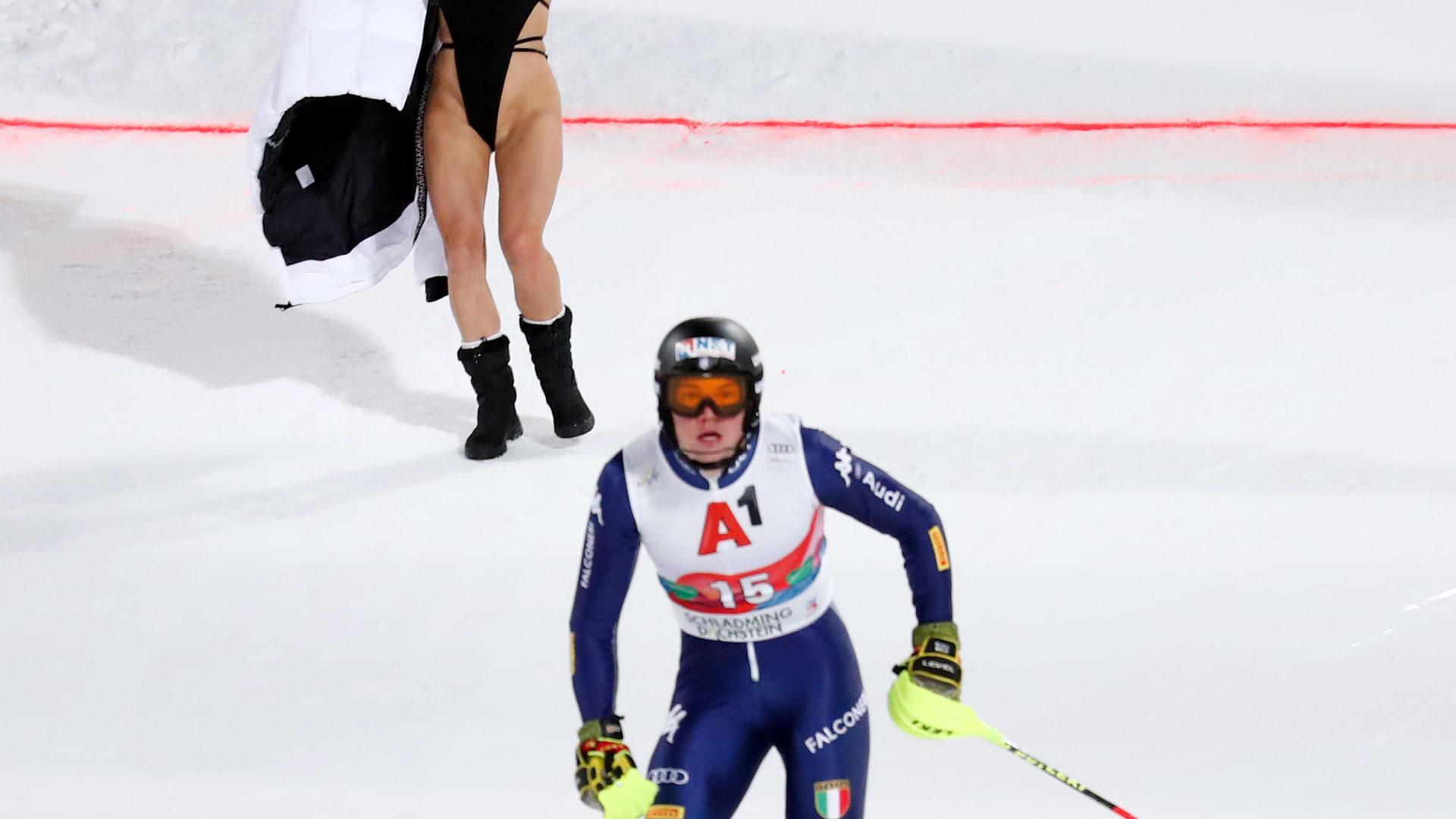 """Eine """"Flitzerin"""" beim Lauf von Skirennläufer Alex Vinatzer"""