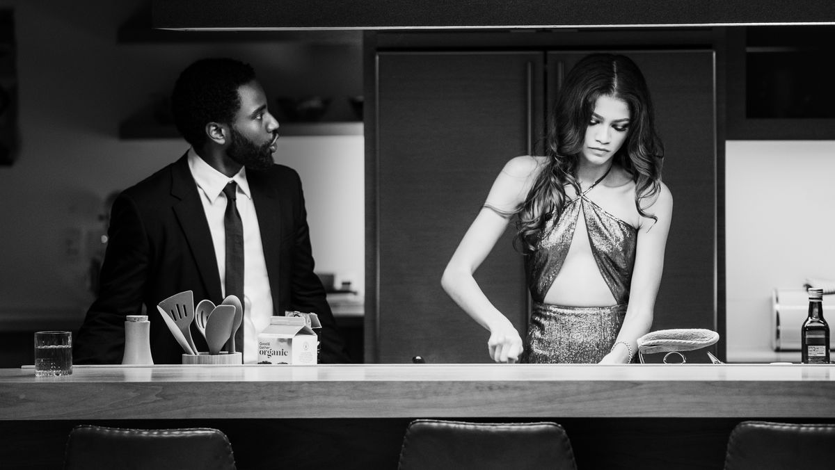Ein Mann redet auf eine Frau ein die in der Küche arbeitet.