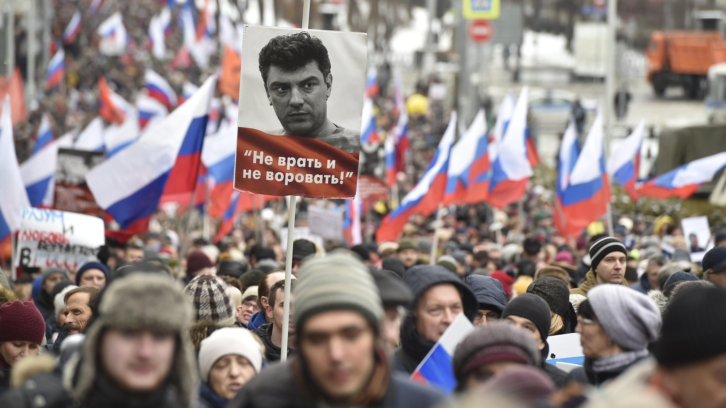Tausende gehen zum Gedenkmarsch für den vor vier Jahren ermordeten Oppositionellen Boris Nemzow auf die Straße