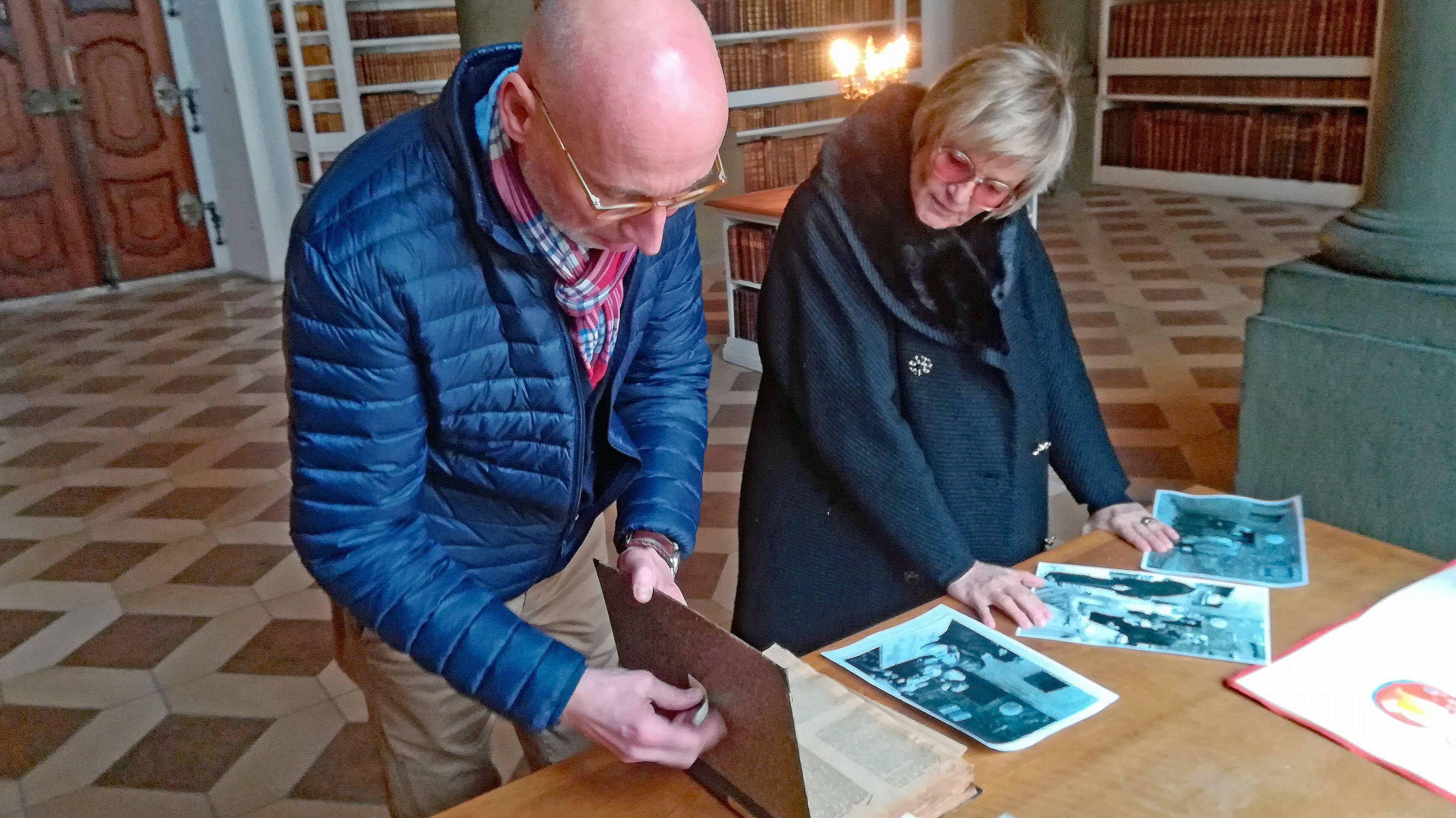 Hausarchivar Peter Styra und Gloria von Thurn und Taxis haben zum Jubiläum eine Ausstellung vorbereitet.