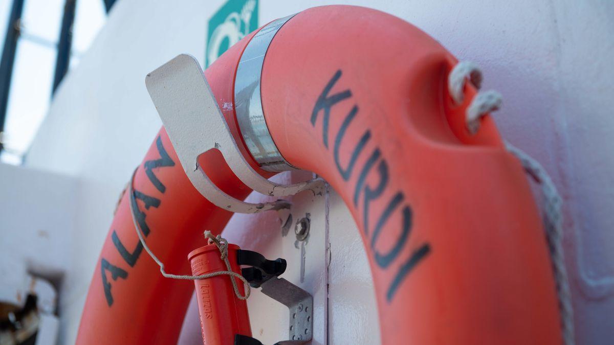 """Rettungsring mit dem Schriftzug """"Alan Kurdi"""" der Regensburger Seenotrettungsorganisation """"Sea Eye""""."""