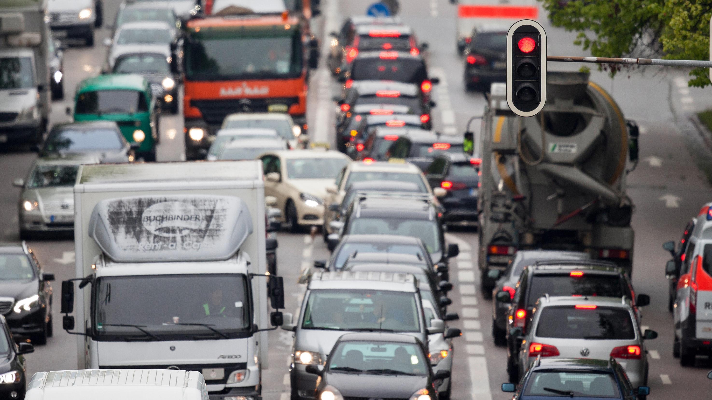 Dichtgedrängt stehen Fahrzeuge im morgendlichen Berufsverkehr auf der Prinzregentenstraße in München.