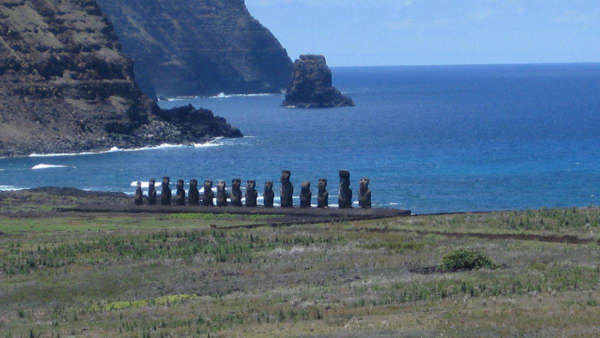 Die bekannten Maoi-Statuen auf der Osterinsel.