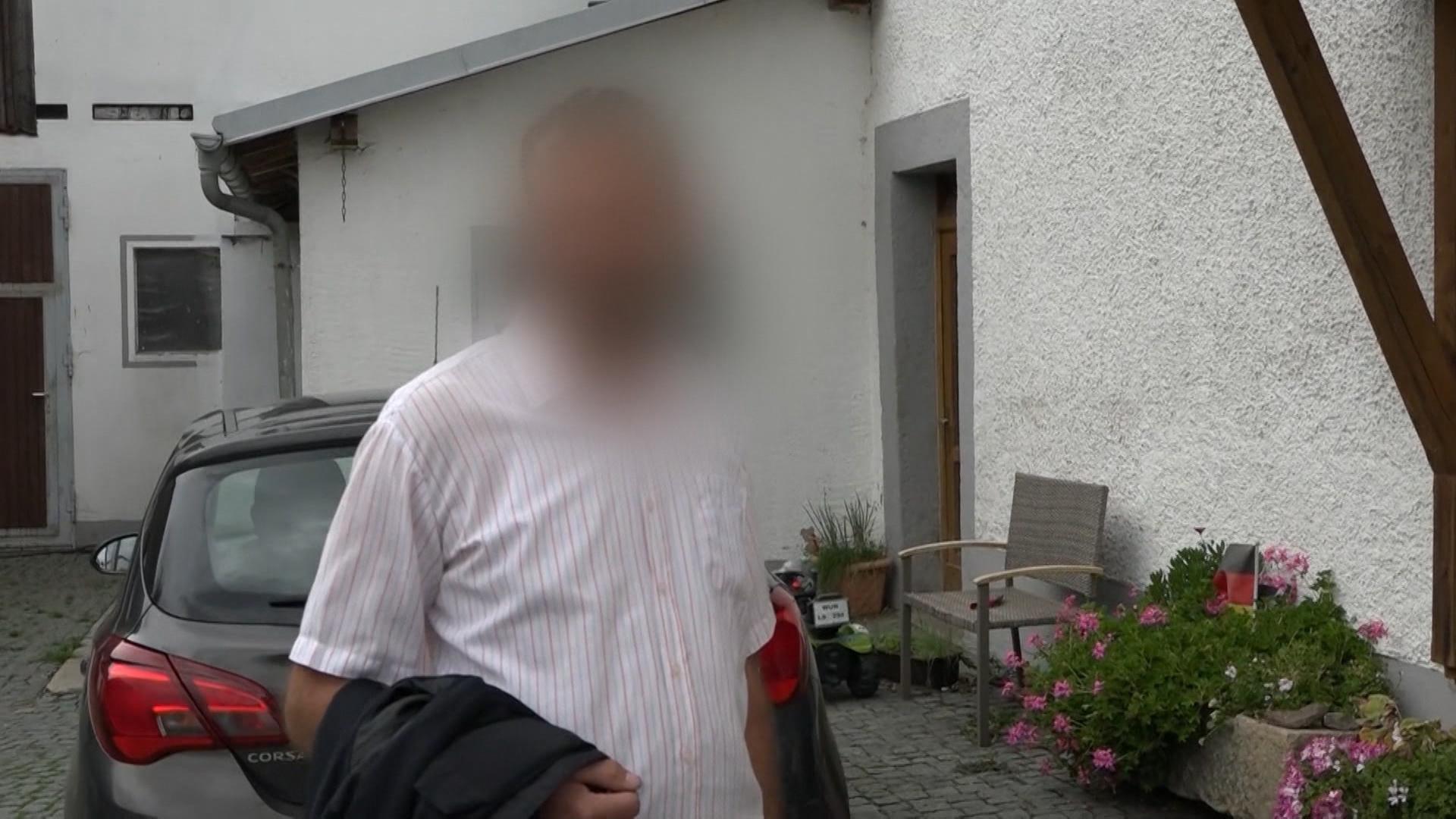 Der tatverdächtige Manuel S. im Mordfall Peggy steht vor seinem Haus