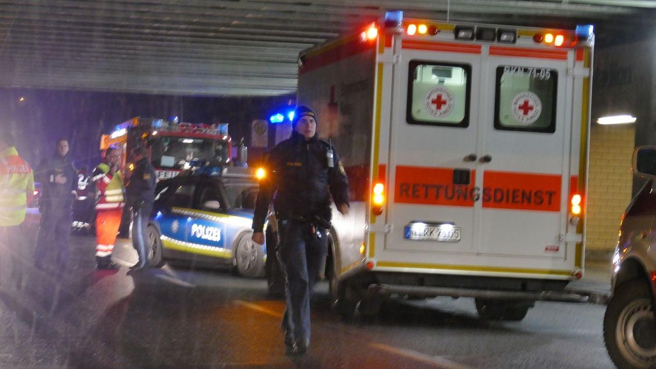 Rettungskräfte und Polizei am S-Bahnhof Frankenstadion