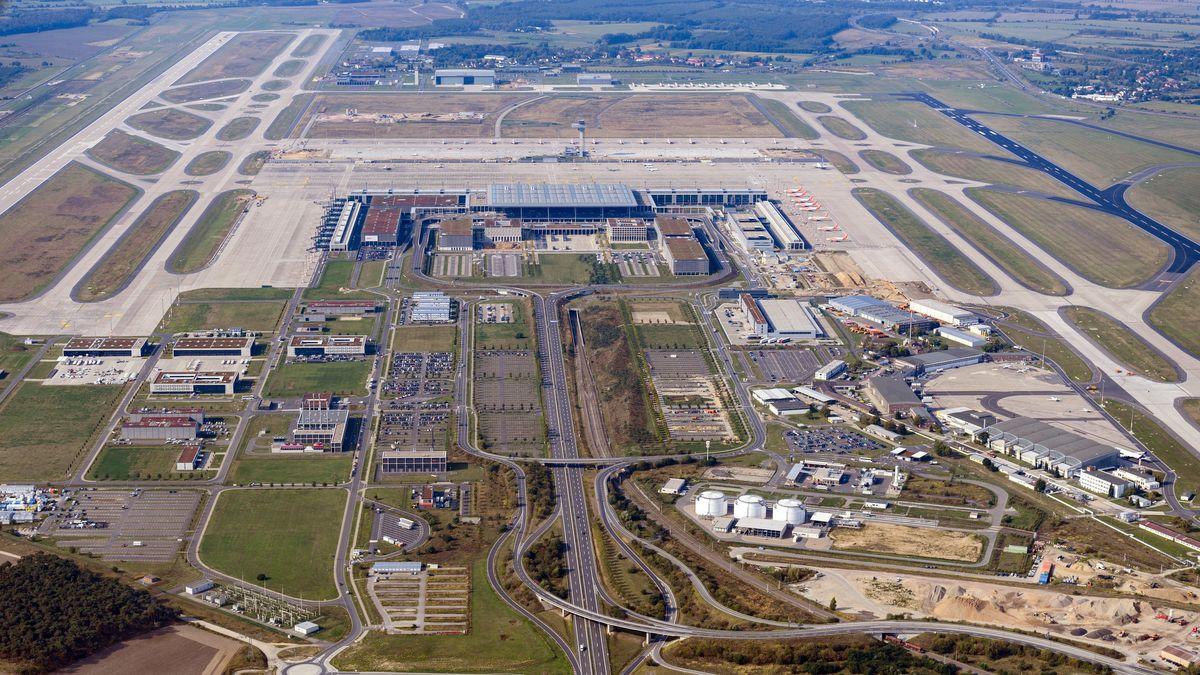 Luftaufnahme des Flughafens Berlin Brandenburg umgeben von neugebauten Straßen und Landebahnen