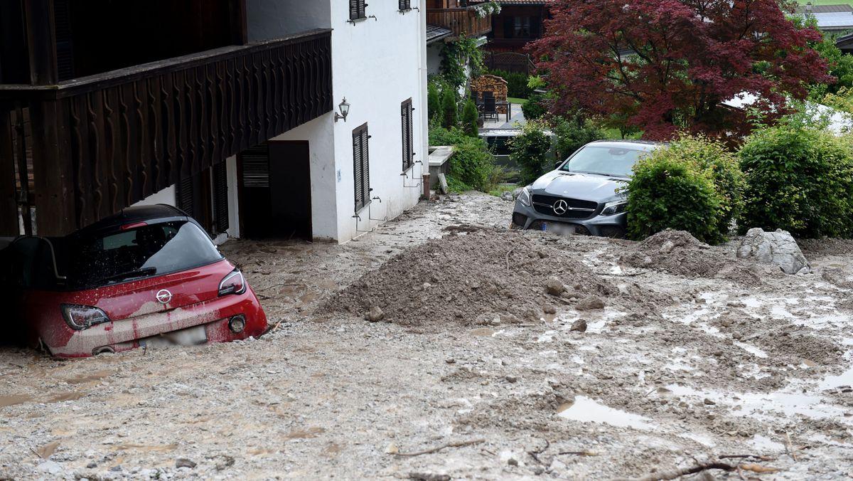Autos sind bei Unwetter und Hochwasser in Bayern in Schönau im Berchtesgadener Land in Schlamm versunken.