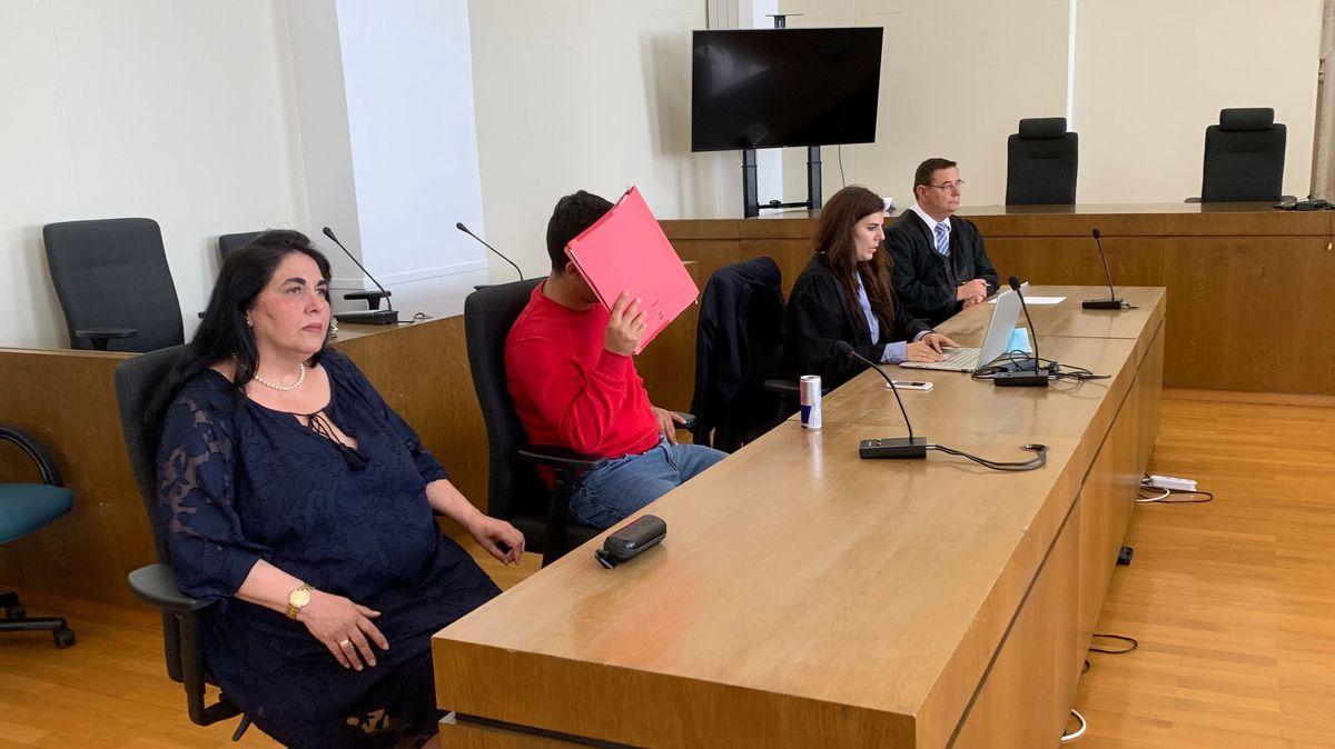 Der Angeklagte und dessen Vertreter am Tag des Urteils im Gerichtssaal in Passau