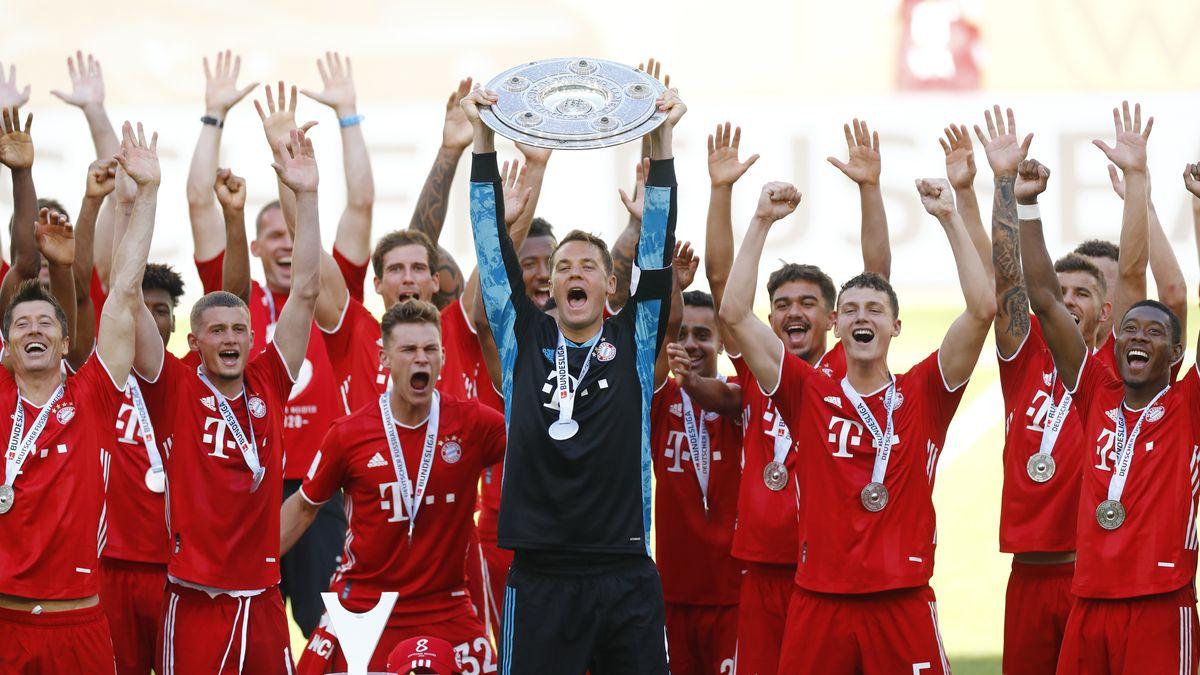 FC-Bayern-Mannschaft mit der Meisterschale