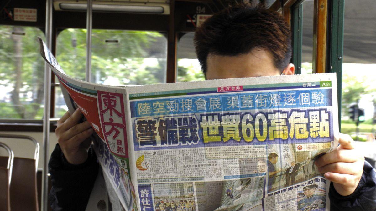 Lesender Mann in Hongkong