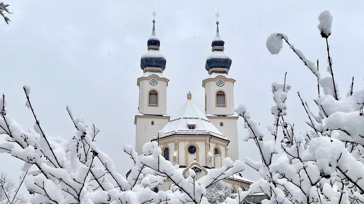 Verschneite Kirche in Aschau im Chiemgau