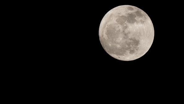 Der Mond am Nachthimmel.