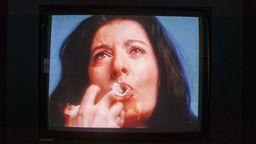 Marina Abramović beißt sich bei einer Performance die Finger blutig   Bild:MARINA ABRAMOVIĆ/ Kunsthalle Tübingen