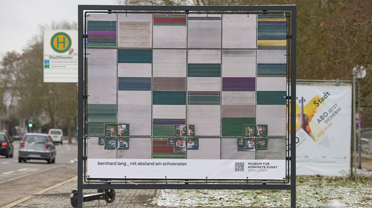Plakatwand mit einer Luftaufnahme des Fotografen Bernhard Lang