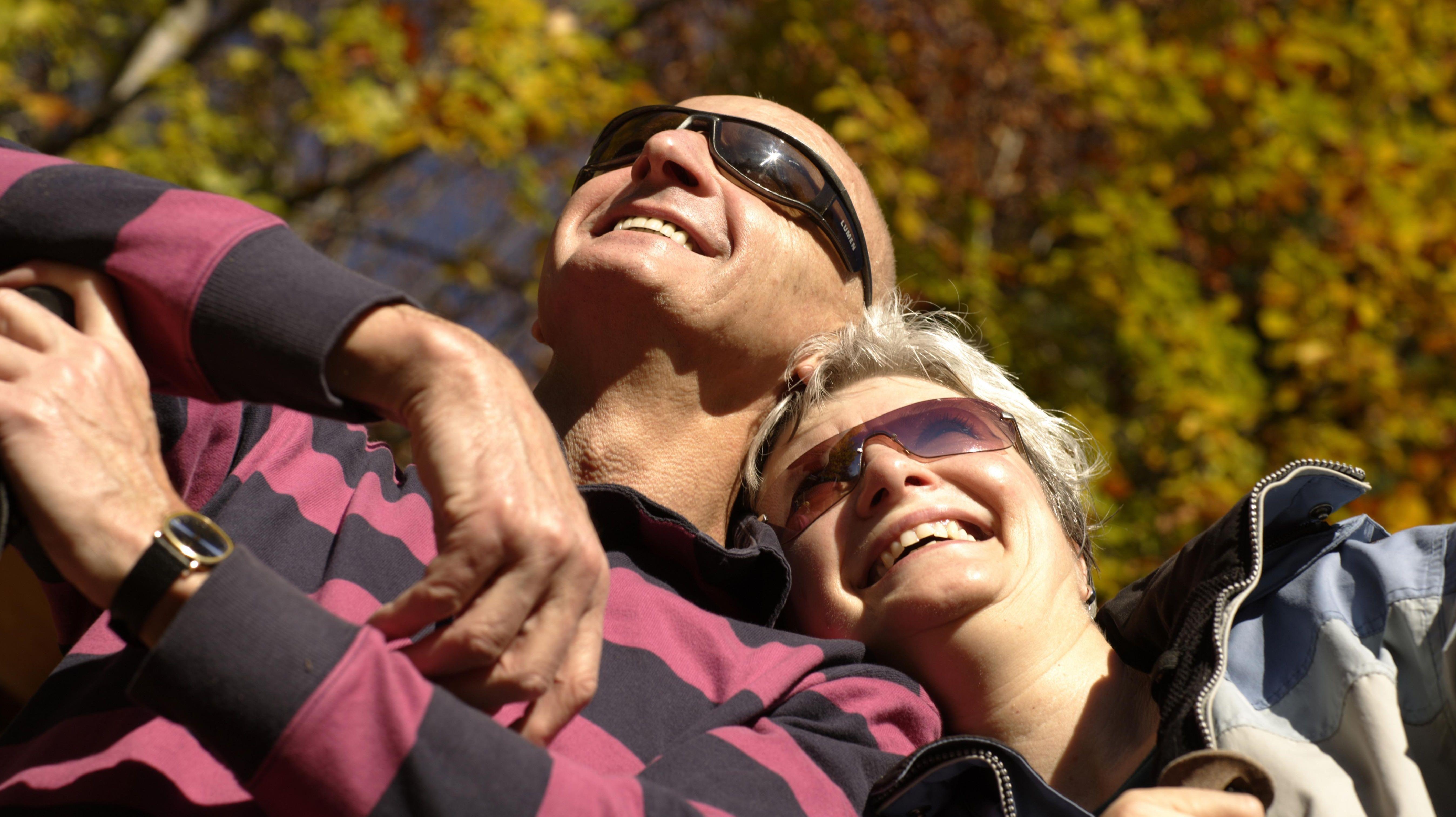 Sonnenbaden hilft, Vitamin D zu bilden.  Das Sonnenhormon stärkt Muskeln und Knochen.