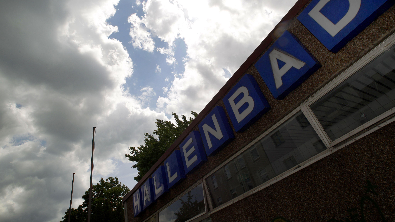 Dunkle Wolken ziehen am Samstag (23.06.2012) über das Dach eines Schwimmbades in Duisburg. Die Stadt Duisburg muss drakonisch sparen.