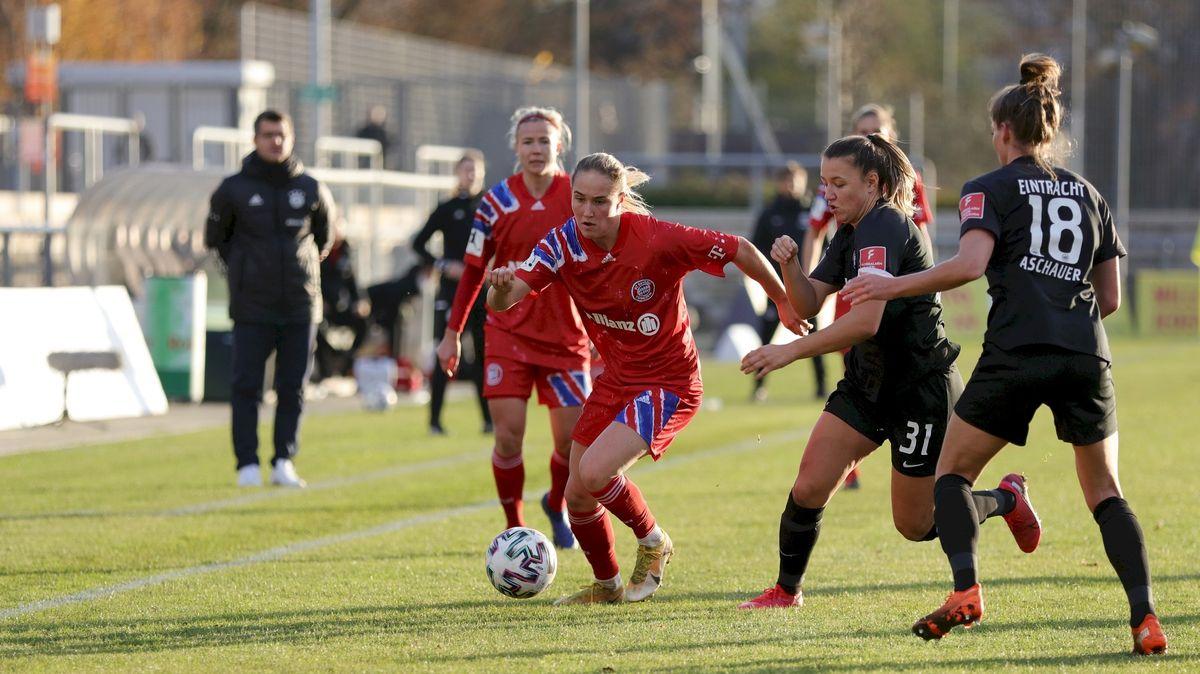 Sydney Lohmann vom FC Bayern München im Duell mit den Frankfurt-Kickerinnen Tanja Pawollek und Verena Aschauer.