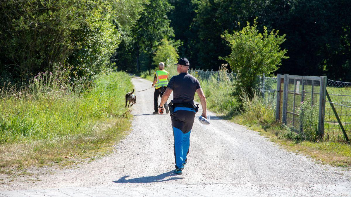 Polizei sucht mit Hunden den Tatort in Neumarkt ab.