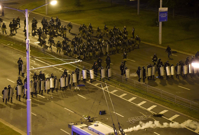 Die Polizei blockiert einen Platz während eines Massenprotests in Minsk