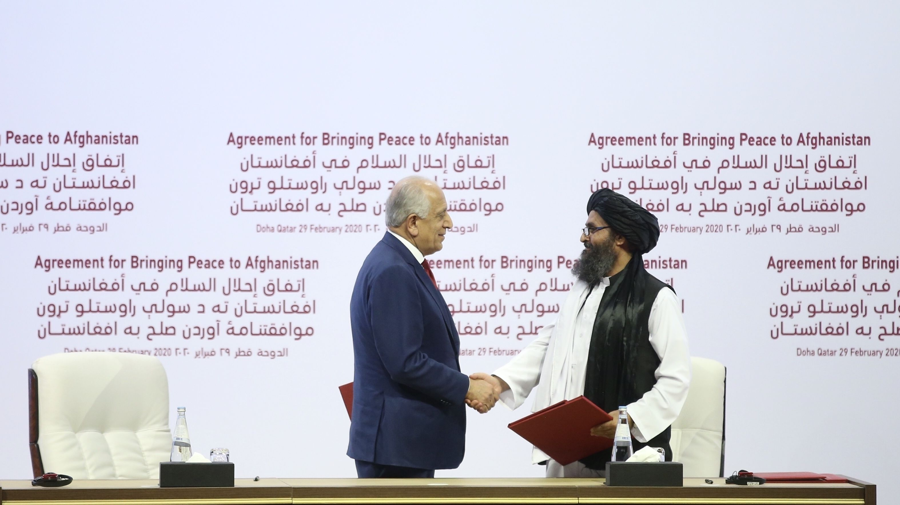 Vertreter der USA und der Taliban unterzeichnen Vereinbarung