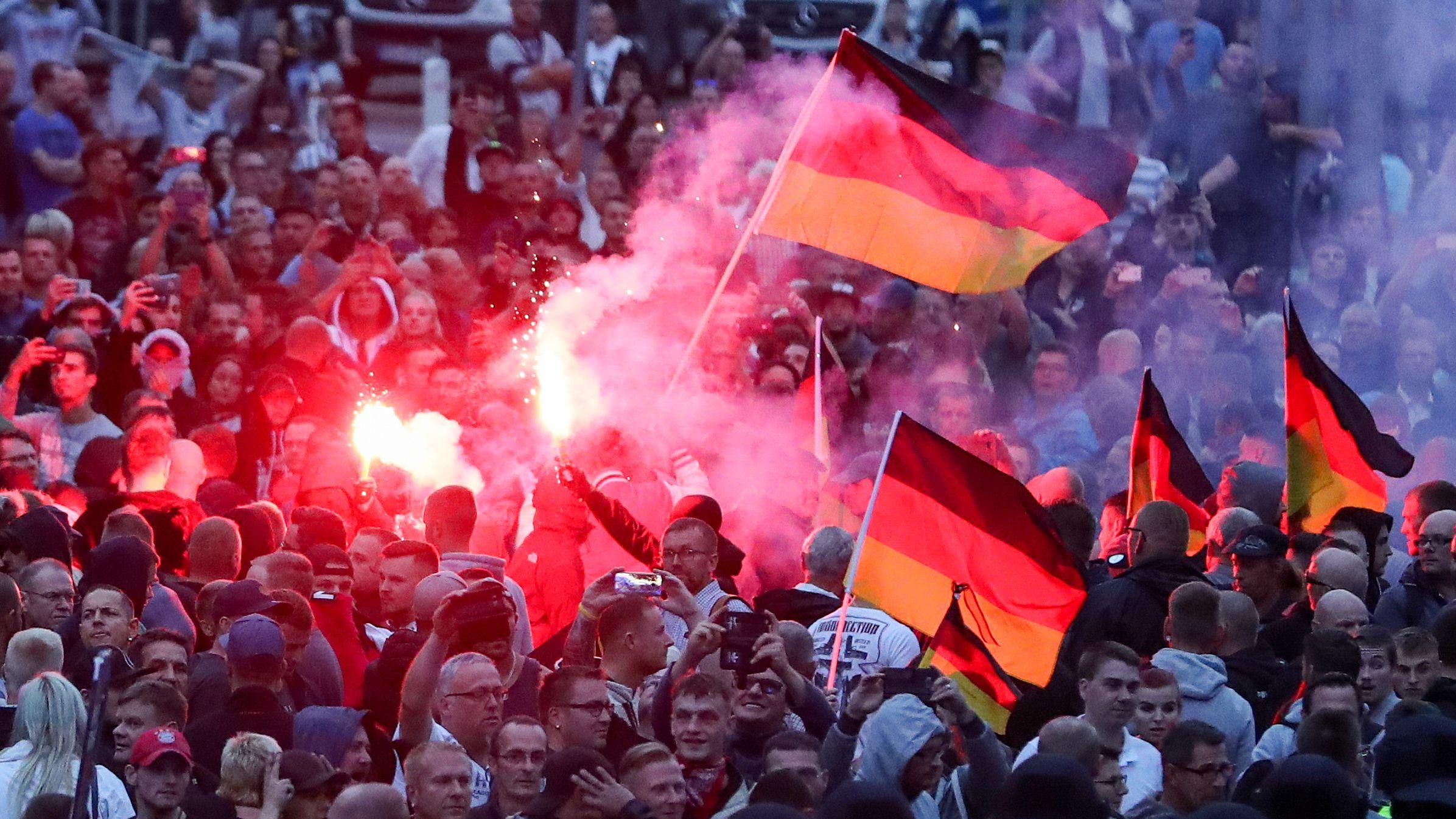 Demonstration der rechten Szene in Chemnitz (August 2018): Menschenmenge mit Deutschlandfahnen und Leuchtfeuern