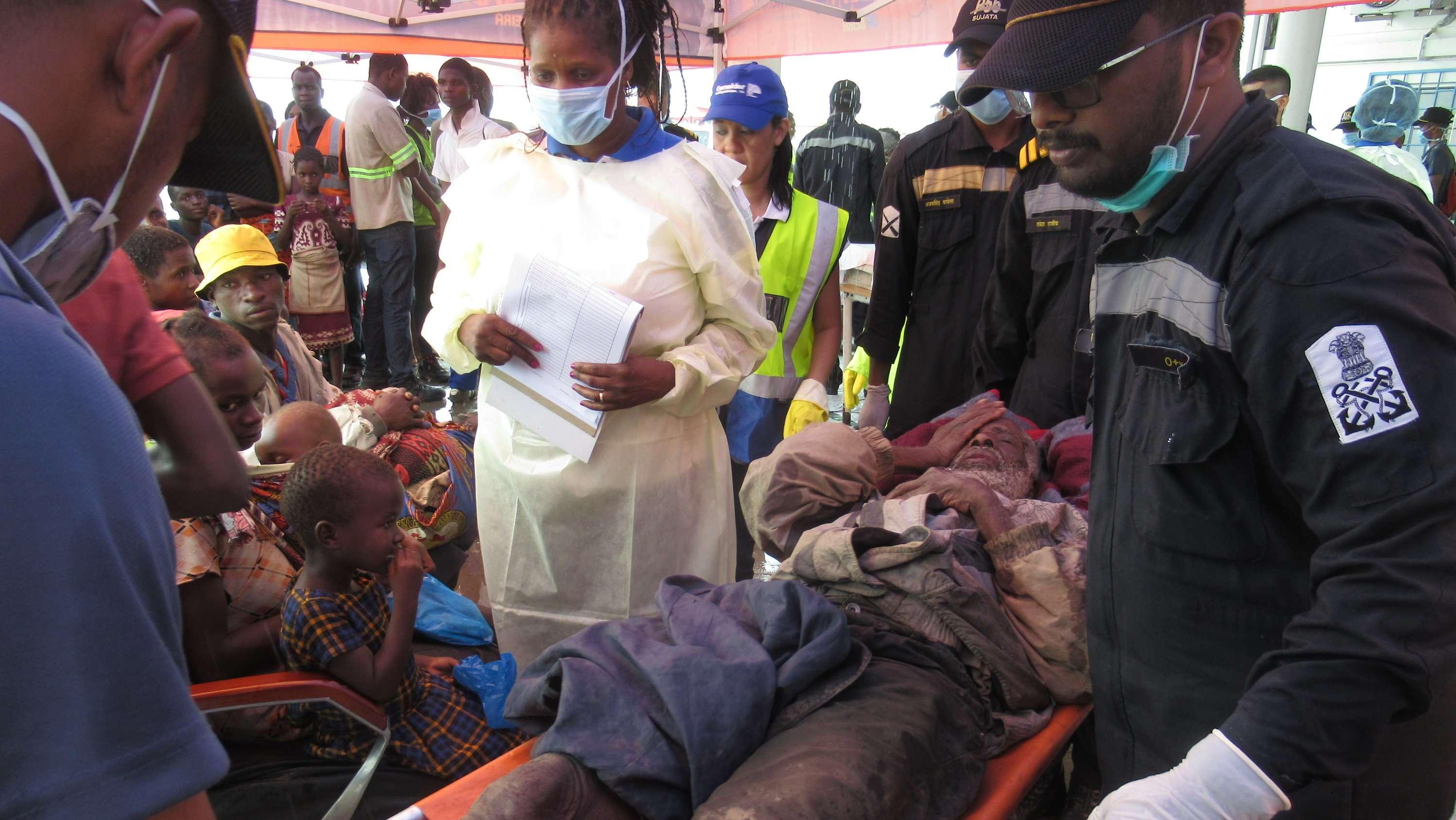 """Ärzte behandeln Überlebende des Wirbelsturms """"Idai"""" nach ihrer Rettung im Hafen von Beira"""