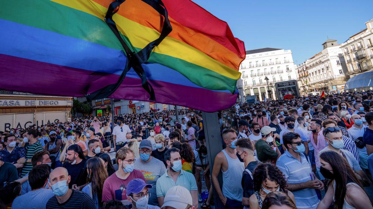 Eine große LGBT-Fahne mit schwarzer Schleife weht während eines Protests in Madrid.