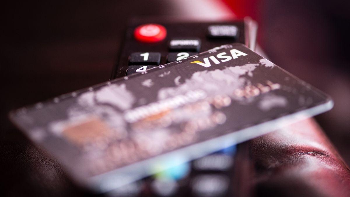Fernbedienung und Kreditkarte: Ermittlern aus Bayreuth und Bamberg ist ein Schlag gegen ein Netzwerk gelungen, das Pay-TV-Lizenzen illegal geknackt und verkauft haben soll.