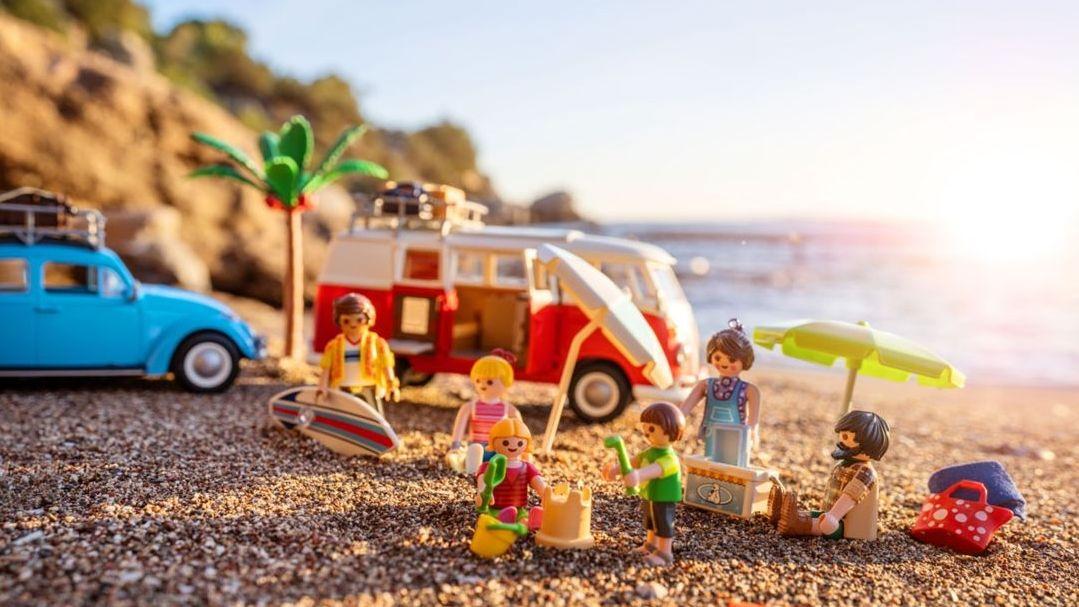 Eine Spielzeugfamilie macht Urlaub.