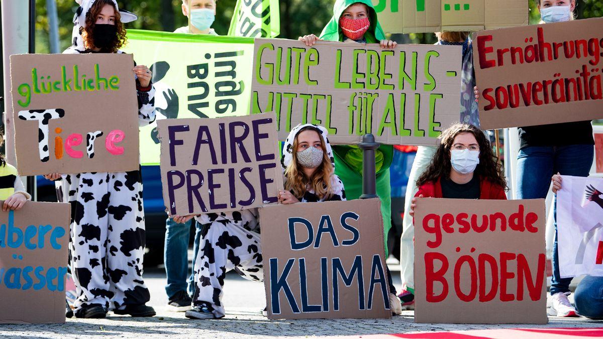 Aktivisten von Campact und anderen Umwelt-Organisationen protestieren vor dem Bundeskanzleramt für einen Neustart der Agrarpolitik
