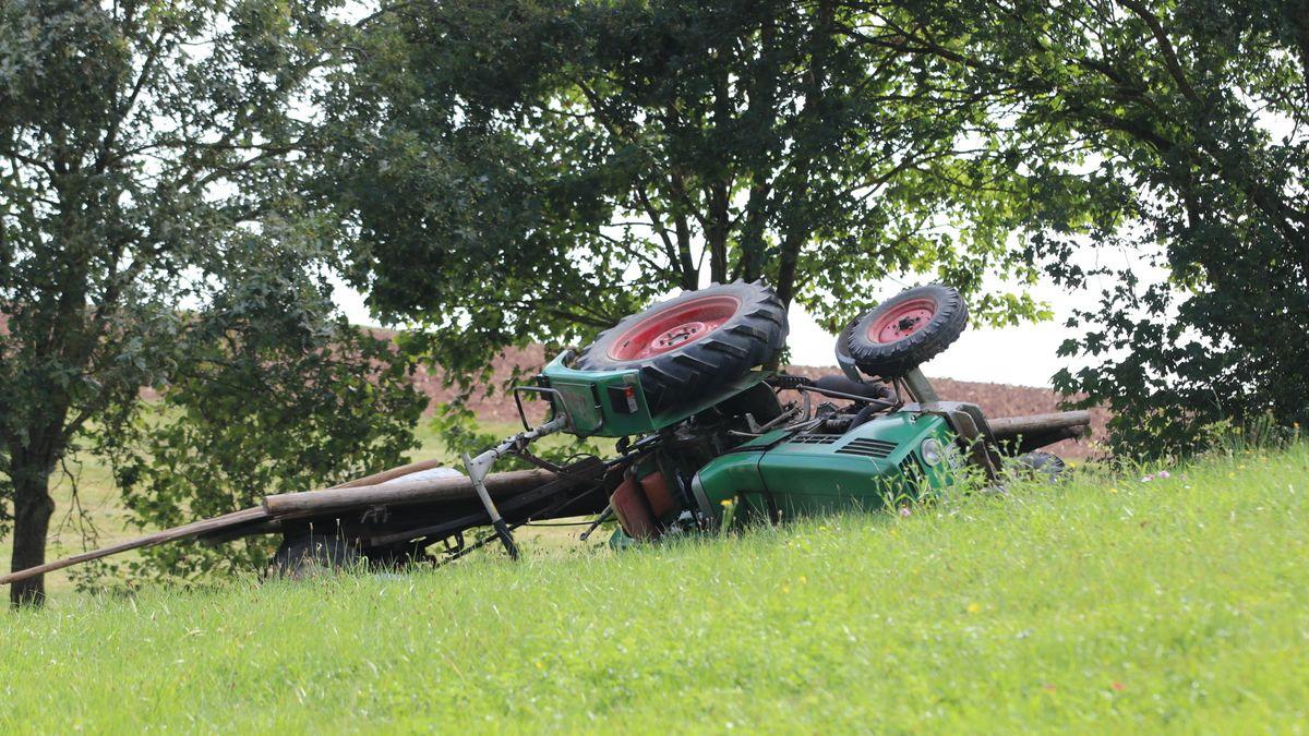 Der umgekippte Traktor liegt auf einer Wiese