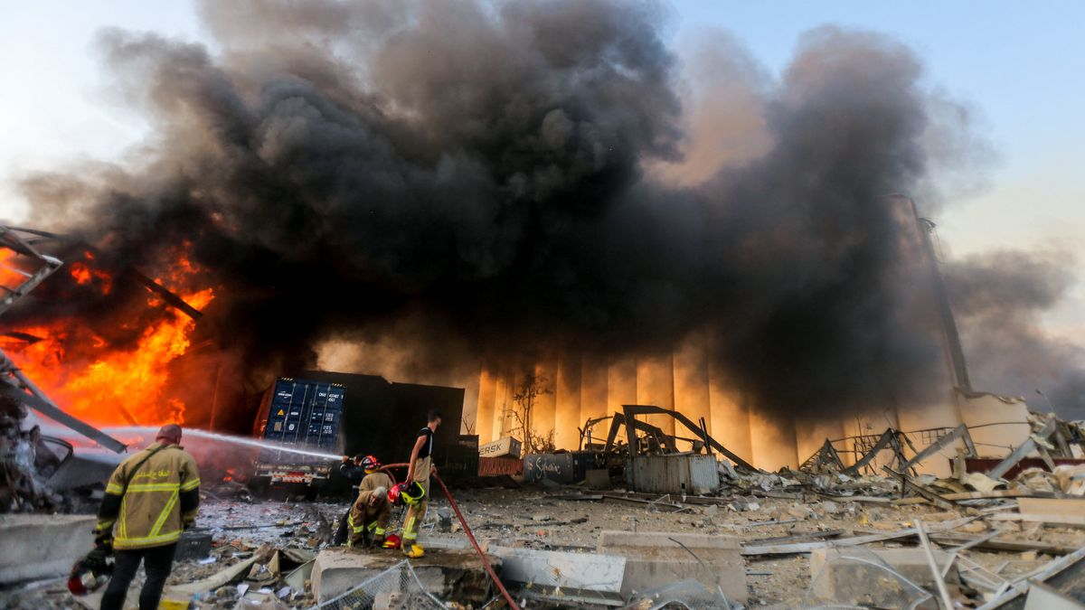Löscharbeiten nach den Explosionen im Hafen von Beirut.