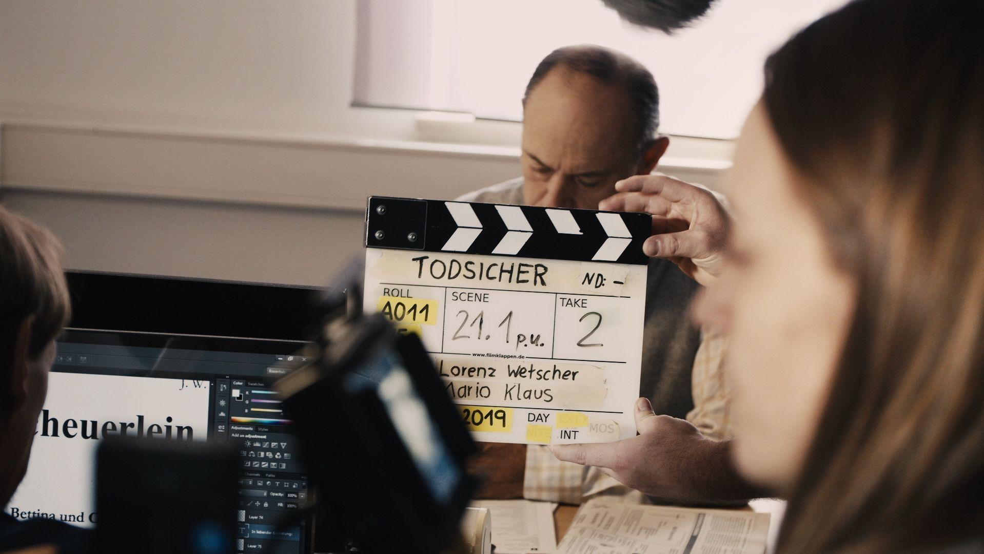 Dreharbeiten zu einem film, in der Mitte eine Klappe.