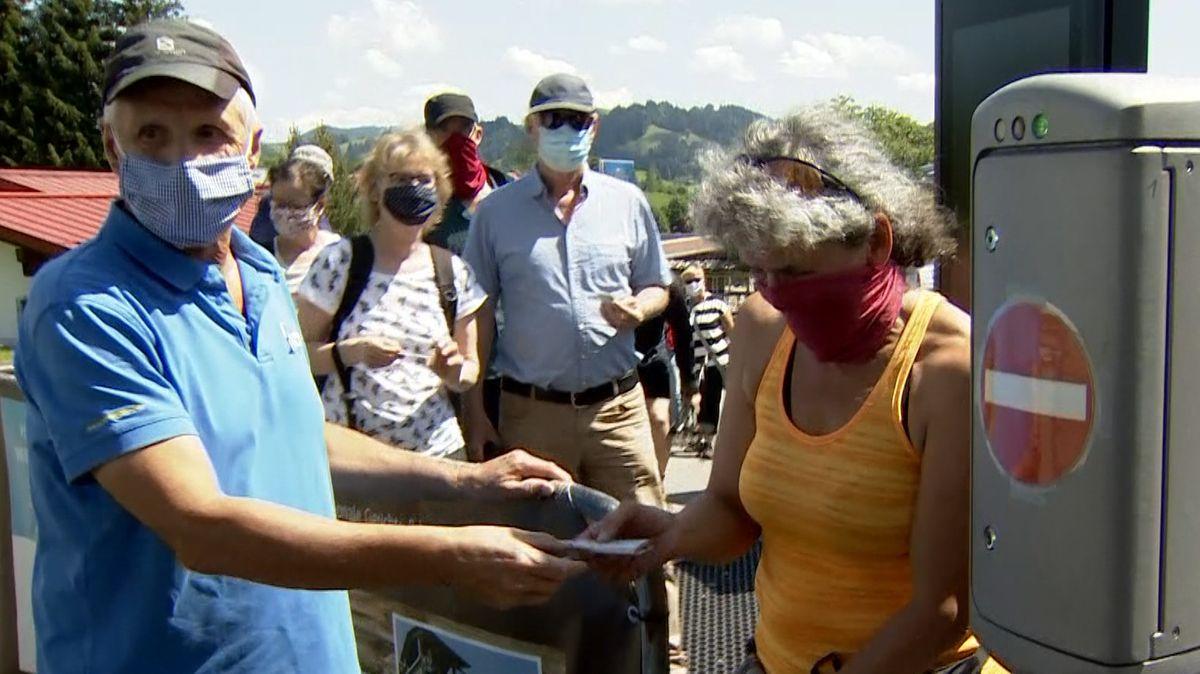Bergbahn, Gäste mit Mundschutz