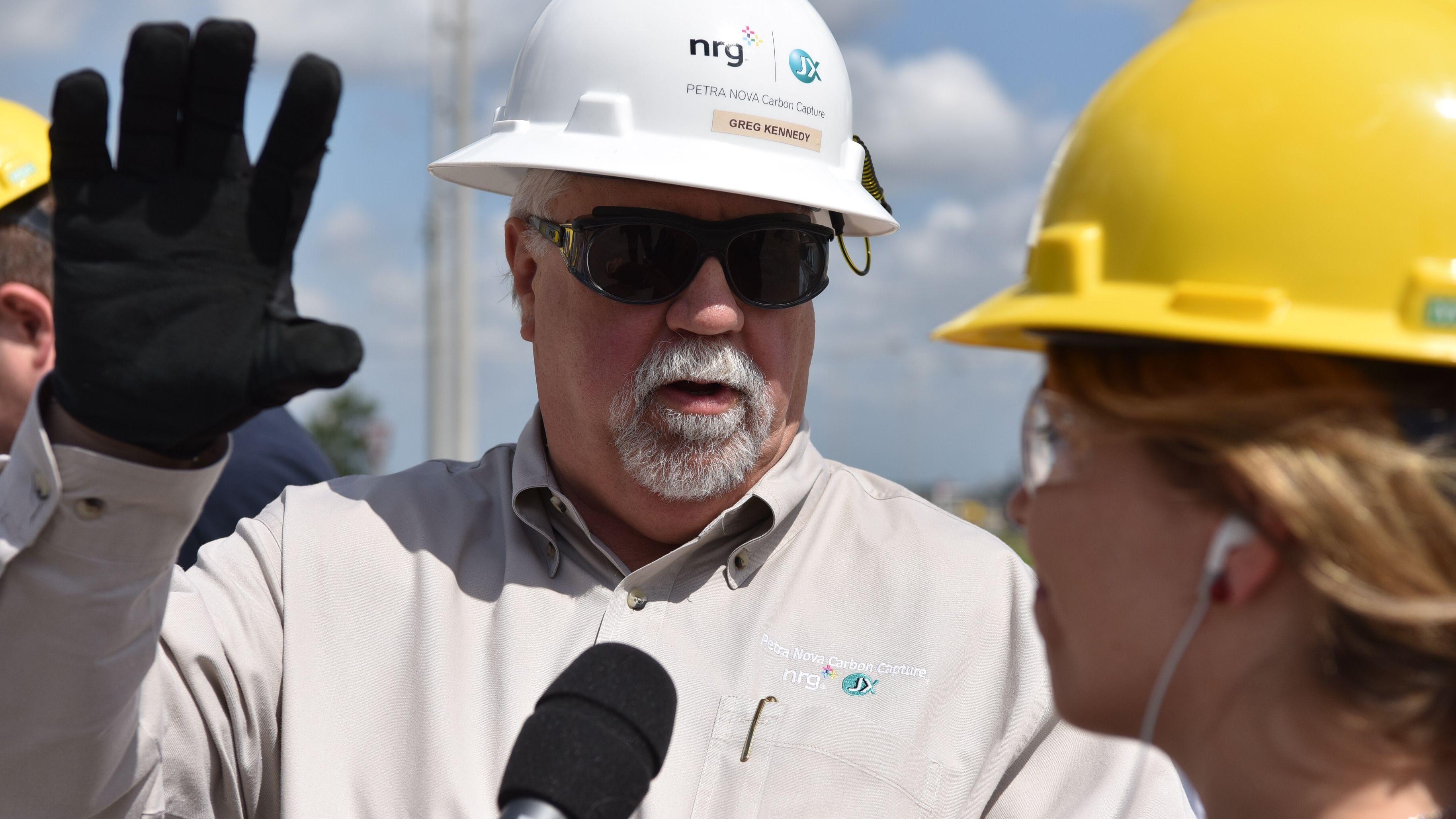 Produktionsleiter Robert Pates von Freeport LNG im Gespräch mit Reporterin Bettina Meier.